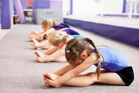 bambini durante una lezione di yoga