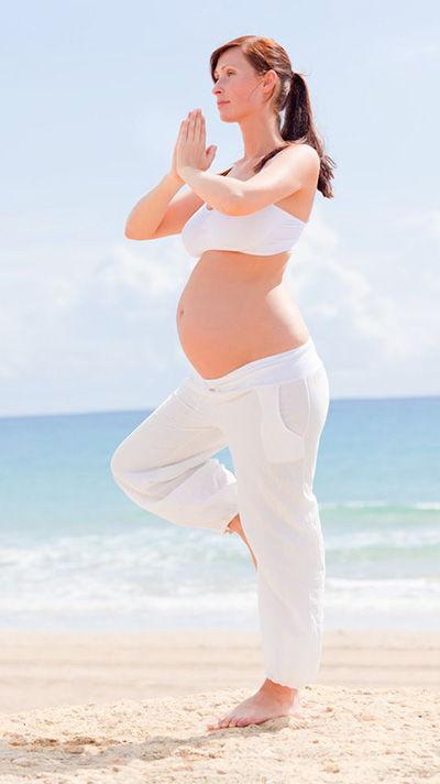 donna in gravidanza che fa yoga