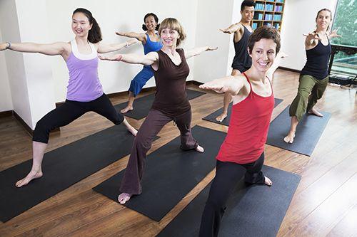 ragazze durante una lezione di yoga